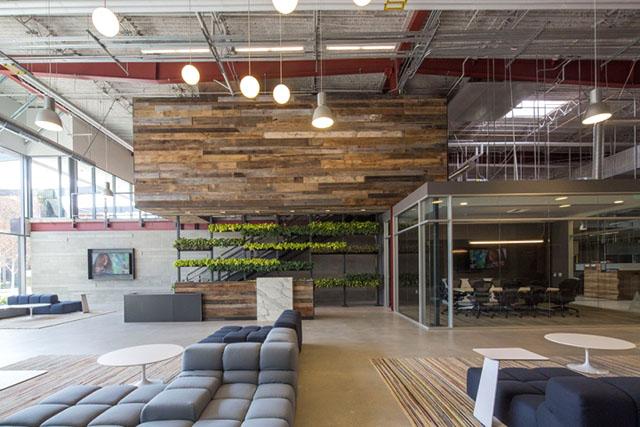 Team One是一家位于美国洛杉矶的国际广告公司,其新办公室装修设计由Shubin + Donaldson设计的,该公司办公室之前是一间邮局分配中心,经过改造,设计成能够容纳该公司的400员工在这个的开放式空间内工作。为了促进员工的之间的交流与合作,设计将所有的私人办公室改造成同样大小的定制工作站。