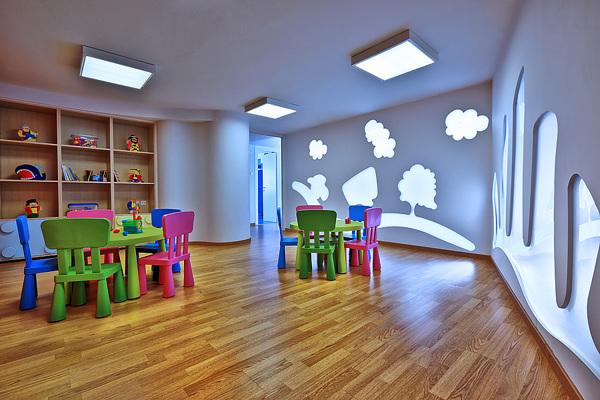 幼儿园位于希腊克里特岛,该室内设计项目整体造型上显得十分的梦幻,让
