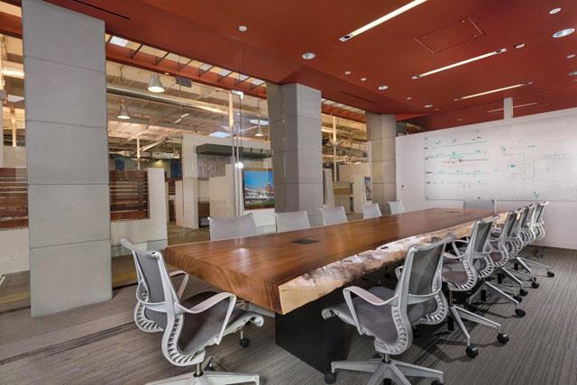 """Swinerton建筑商,全国认可的承包商.他们需要一个表达他们""""广度的工作来展示他们的可持续设计计划""""办公空间,同时为员工提供一个灯火通明,工业现代化的工作场所。 整个办公设施包括:休闲娱乐和休息区,电视/游戏区,高顶杆和会议室,同时能源消耗跟踪和可持续性的实验室监测由一系列的平板屏幕上突出显示。"""
