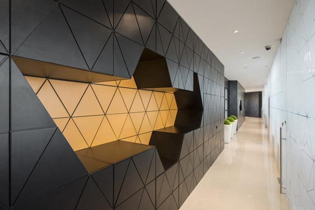 建筑面积为440平方米,设计师在内部装饰中反复运用了六边形的设计元素