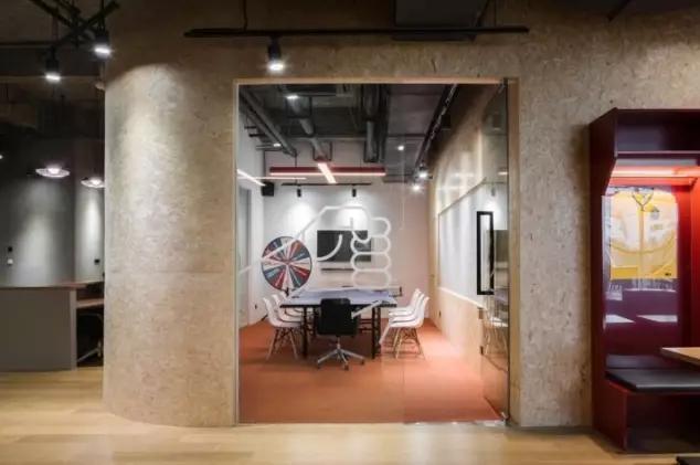 我们拒绝平庸,只做有灵魂的设计! 千度装饰办公室装修第一站,10年专注高端室内设计与施工。 服务范畴:办公空间、餐饮空间、购物空间、教育空间、房地产空间、酒店空间的设计装修一站式服务。 千度装饰免费服务有:上门量尺、设计、报价,提供参考效果图,不收取任何费用,全部免费! 24小时咨询热线:400-6531-401