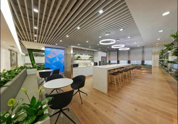 装修学院 > 正文   办公室大量绿植墙装饰设计,室内有一面约200平方米